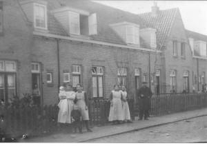 Zo rond 1920 was het onrustig in de Westinghousestraat ter hoogte van nummer 31. Dat kwam door de fotograaf die de familie Davelaar kwam vastleggen voor het nageslacht. (Zie de kruisjes.) Dat is zo te zien aardig gelukt. Ondanks de nietgaatjes en de roestplekjes vond ik het plaatje krachtig genoeg voor een plaatsje. Het is weer een stukje Zuilen in beeld