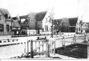 De fotograaf plaatste zijn statief in een van de voortuintjes van de huizen aan de De Lessepsstraat. Dat was voor de overburen al aanleiding genoeg om 'haastje repje' het goeie goed aan te trekken en de verrichtingen vanaf de overzijde nauwlettend te volgen. De foto werd genomen richting Amsterdamsestraatweg, zo rond 1920.
