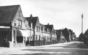Links de winkel van de heer Bregman op de hoek van de De Lessepsstraat en de Swammerdamstraat