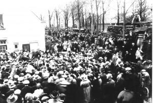 Een grote menigte heeft zich in 1923 verzameld op de hoek van de Westinghousestraat en de Amsterdamsestraatweg om de eerste tram over het doorgetrokken traject te verwelkomen. Het hele verhaal rond dit feest leest u in het hoofdstuk 'Oud Nieuws'.