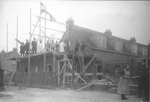 De vlag in top, het dak ging er… op! Naast de woning aan de De Lessepsstraat 80 bouwde woningbouwvereniging Zuilen een werkplaats voor de onderhoudswerkzaamheden. Omstreeks 1925 werd door het bereiken van het hoogste punt de vlag in top gehesen. (En het pannenbier op tafel gezet.)