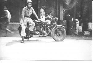 De heer W.J. van der Kwast koesterde zijn herinneringen aan de periode in Nederlands-Indië en plakte deze foto in zijn album. Hij schreef erbij: v/d Kwast Soebang.