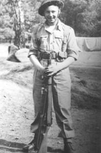 De heer Houtman tijdens zijn opleiding in Groot Brittannië. Daar werden de Nederlandse militairen opgeleid voor de acties in Nederlands-Indié, omdat hiervoor, zo kort na de Tweede Wereldoorlog, in Nederland geen goede mogelijkheden waren.