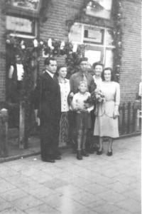 De heer C. van Ling werd door zijn familie bij zijn thuiskomst warm onthaald. Hij staat met familie voor de woning aan de Daalseweg 100. Natuurlijk werd ook zijn 'ouderlijk huis' rijkelijk versierd.