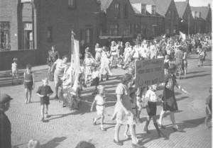 Wandelende kinderen door de Westinghousestraat, hoek Swammerdamstraat. Achterop de foto werd geschreven: 'v.d. Velden, Westinghousestraat 37. Optocht bevrijding 1945.