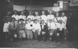 Deelnemers aan de Bevrijdingsoptocht, vermoedelijk uit de Westinghousestraat. Achterop de foto staat de tekst geschreven: 'Jacob Hamel's Kinderkoor op het Bevrijdingsfeest. September 1945.' Laat u niet beetnemen, de deelnemers zijn zo te zien allen volwassenen.