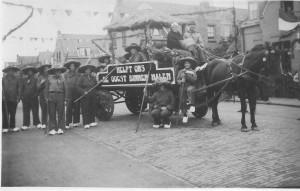 In de Westinghousestraat werd deze groep vereeuwigd die deelnam aan de optocht die werd georganiseerd in verband met de Bevrijdingsfeesten. Helpt ons de oogst binnen halen. Op de achterkant schreef men: 'v.d. Velden Westinghousestraat 37 optocht bevrijding 1945'. Namen ontbreken.
