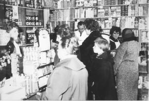 Een kijkje in de druk beklante winkel van kruidenier Bregman in de De Lessepsstraat. De heer en mevrouw Bregman staan achter de toonbank, links achter de toonbank staat Riet Schipperijn. De foto is van omstreeks 1960 en dat is te zien: de magere jaren na de oorlog zijn duidelijk voorbij.