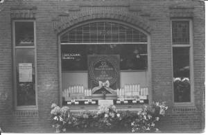 De feestetalage ter ere van het 25-jarig bestaan van de melk- en zuivelhandel Groenendaal. De officiële naam was melkinrichting Nieuw Zuilen. Tijmen Groenendaal heeft in 1921 de melkwinkel overgenomen van de heer Vossestein