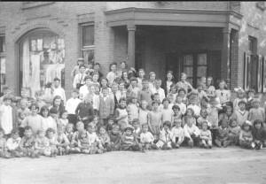 U ziet hierboven de kinderen uit de 'Oude Bouw' gezamenlijk op één foto. Die werd genomen op de hoek van de De Lessepsstraat en de Swammerdamstraat. Met uitzondering van de zieke kinderen staan op deze foto dus alle kinderen van dat moment op de kiek! Ik ben niet aan tellen begonnen!