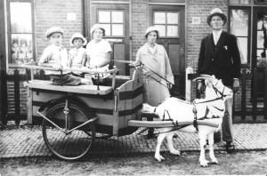 De familie van Ling voor de woning aan de Daalseweg 100
