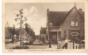 In de vroege jaren van De Oude Bouw werden vaak ansichtkaarten uitgebracht van deze Zuilense nieuwbouwwijk. Dat gebeurde dikwijls door Duitse bedrijfjes. 'De Lessepsstraat' wordt dan makkelijk verbastert tot 'de Leisepsstraat'