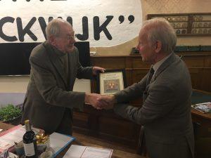 Jan Willem Koch (links) krijgt de oorkonde waarin hij wordt benoemd tot ere-voorzitter